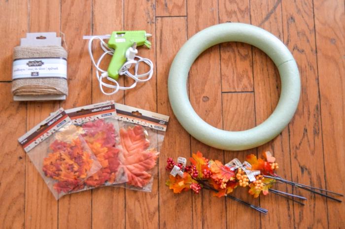 herbstlichen Kranz selber machen, Materialien- Ring, Dekoblätter, Heißklebepistole und Band
