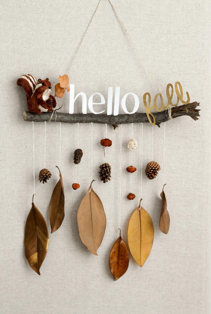 Herbstdeko selber basteln- Hallo Fall, Herbstblätter, Zapfen und kleines Eichhörnchen, einfache und effektvolle Dekoideen