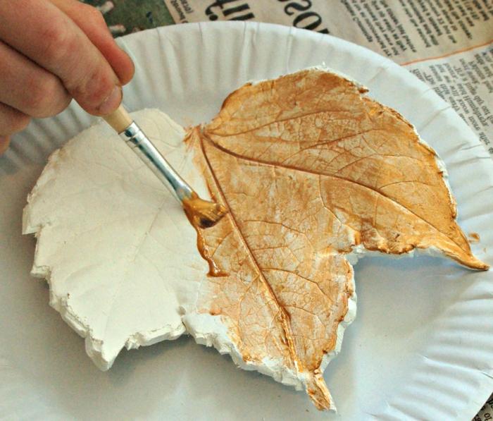 DIY Herbstblatt aus Lehm, Schritt 2- das Blatt bemalen, DIY Ideen für Kinder und Erwachsene