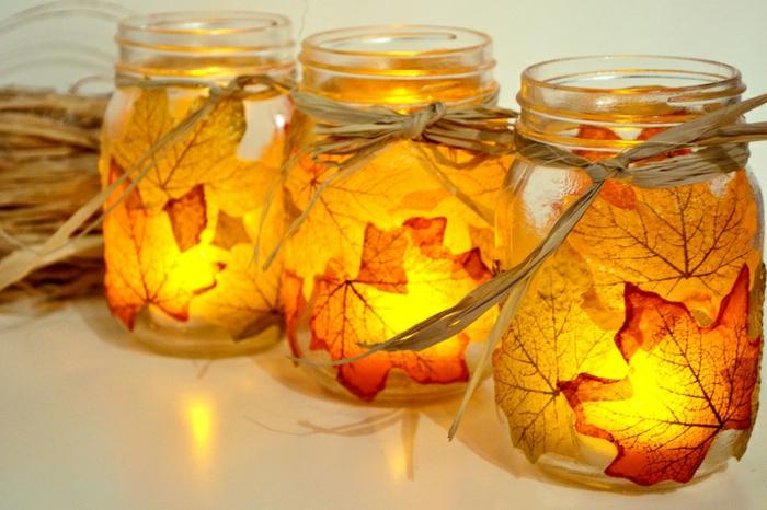 herbstliche Laternen aus Einmachgläsern und Herbstblättern selber machen, tolle DIY Ideen für Kinder und Erwachsene