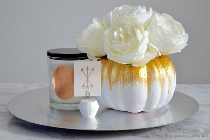 Vase-Kürbis aus Styropor selber basteln, weiße Rosen, wunderschöne Herbstdeko, Ideen und Anleitungen