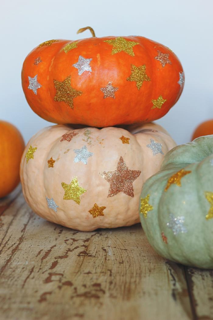 Kürbisse verzieren, kleine Sterne aufzeichnen, schöne herbstliche Dekoration für den Garten, herbstliche Nuancen