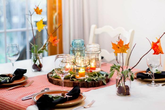 den Tisch herbstlich arrangieren, Herbstblätter und Kastanien in Einmachgläsern, kleine Laternen
