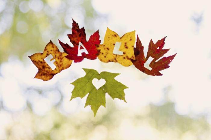 herbstliche Fensterdeko basteln, Herbstblätter ausschneiden, Fall und Herz, Blätter in verschiedenen Nuancen