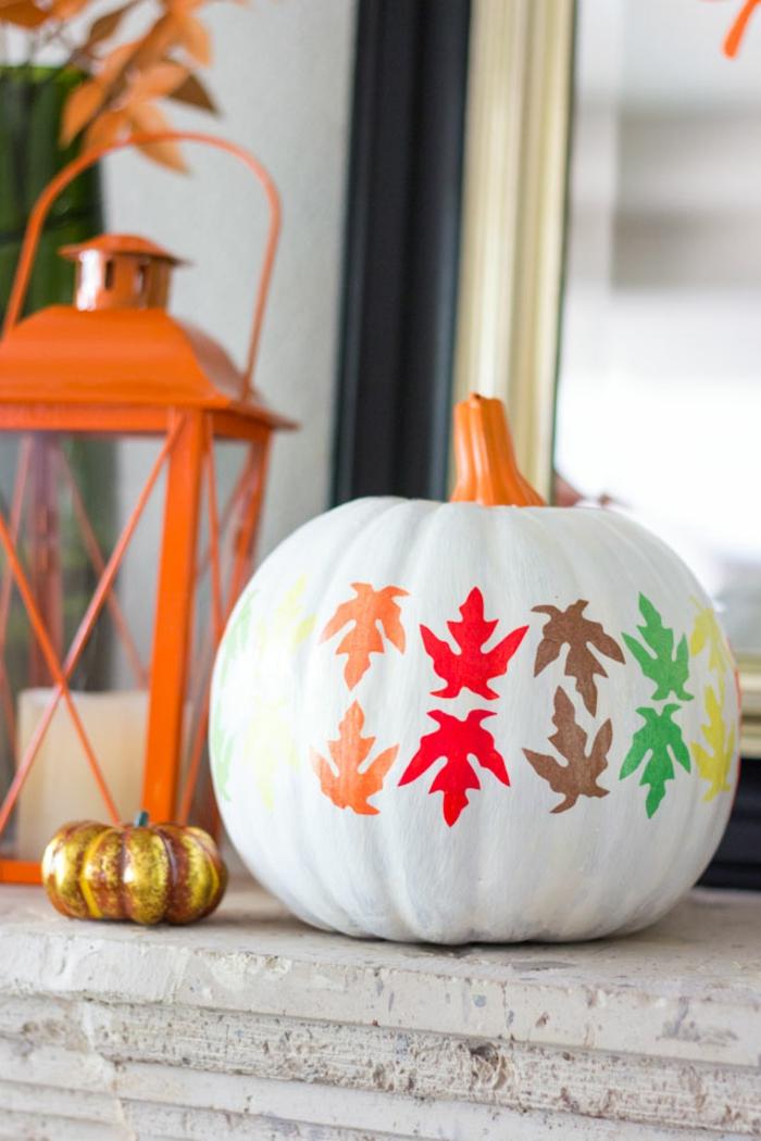 Herbstdekoration für draußen, Kürbisse bemalen und mit bunten Blättern verzieren, einfach und effektvoll