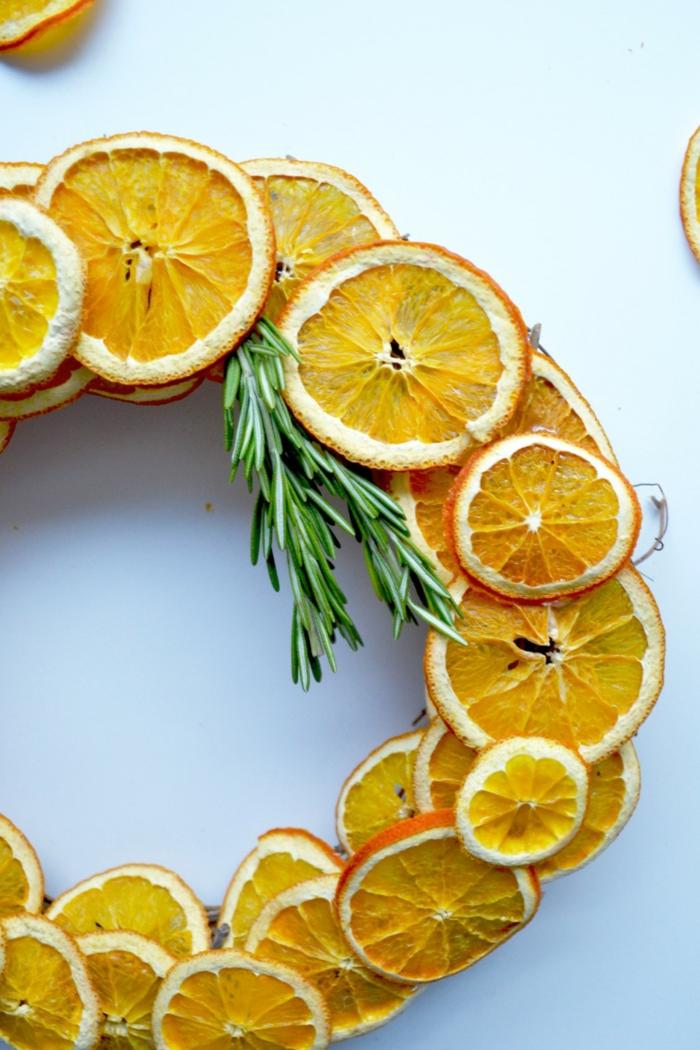 Kranz aus getrockneten Orangenscheiben, DIY Anleitung mit Fotos, die Eingangstür herbstlich dekorieren