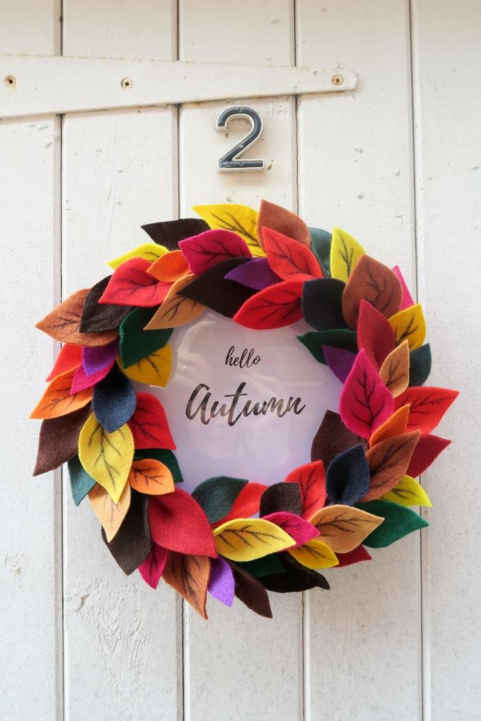 Herbstdeko selber basteln, Kranz aus bunten Filzblättern und Rahmen, Hallo Herbst, kreative Idee zum Nachmachen