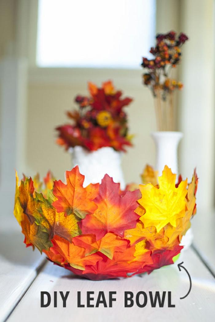 Schale aus Herbstblättern und Luftballon selber machen, herbstliche Tischdeko fürs Wohnzimmer basteln