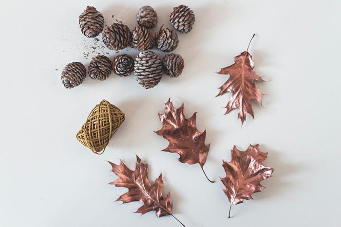 DIY Girlande aus Zapfen und Herbstblättern, tolle Ideen für kreative Menschen, Herbstdeko einfach gemacht
