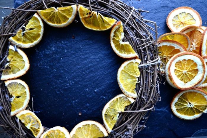 Kranz für die Eingangstür selber machen, Herbstdeko aus getrockneten Orangenscheiben, DIY Ideen zum Nachmachen