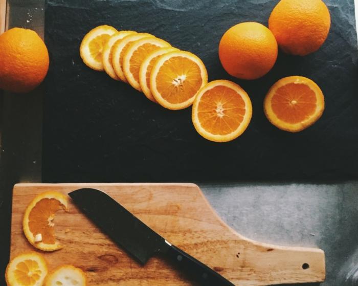 die Eingangstür herbstlich dekorieren, Kranz aus getrockneten Orangenscheiben, frisch und schön
