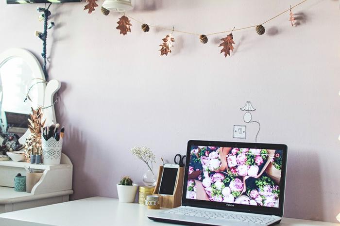 Girlande aus Zapfen und Herbstblättern selbst gemacht, schöne Herbstdeko für jeden Raum