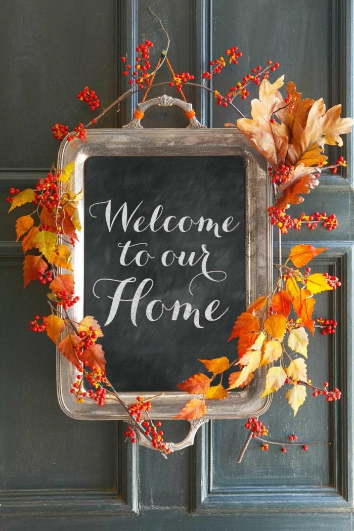 schwarze Tafel mit Dekoblättern verzieren, schöne Ideen für Herbstdeko, DIY Ideen für Herbststimmung