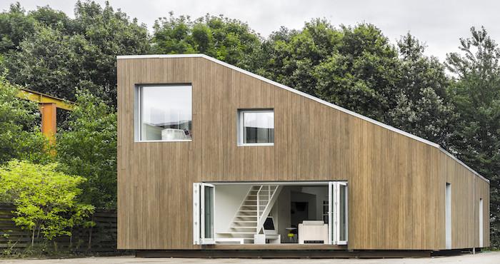 Jetzt Zweigen Sir Ihnen Ein Sehr Schönes Zweistöckiges Haus Aus Containern  Mit Treppe Und Fenstern