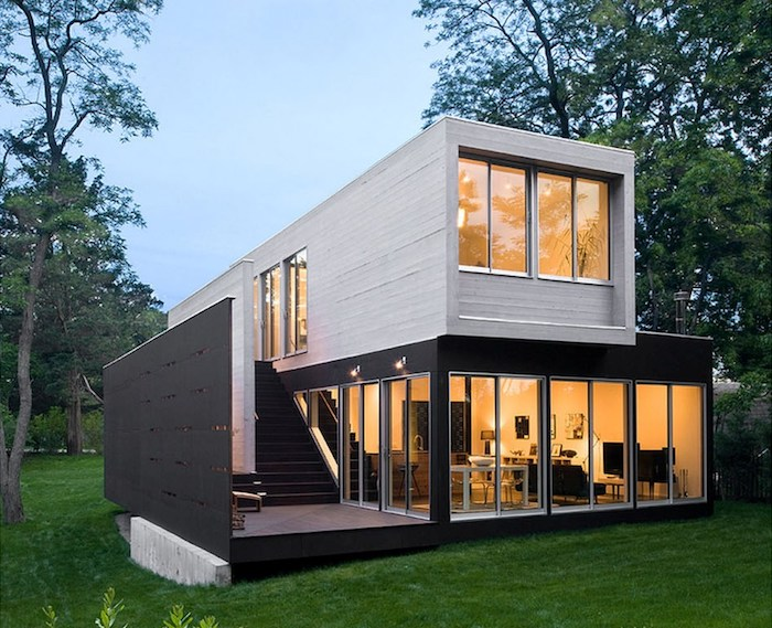 werfen sie einen blick auf diese idee zum thema container haus - zweistöckiges haus mit treppe und garten mit grünen bäumen