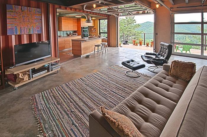 jetzt zeigen wor ihnen noch ein tolles modernes zimmer im landhausstil mit sofa, teppich, tv, regalen, büchern und fenstern und lampen