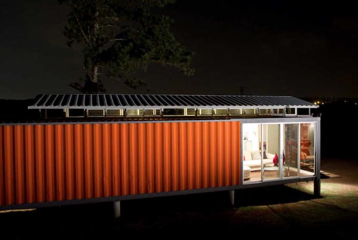 werfen sie einen blick auf diese idee für ein rotes, schönes, modernes container haus mit fenstern