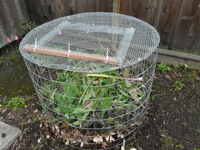 werfen sie einen blick auf diese idee zum thema gartengestaltung - hier ist ein komposter aus metall mit grünen pflanzen und blättern