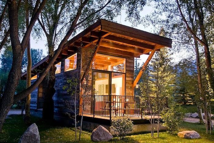 eine idee für ein schönes container landhaus mit einer schönen terrasse und mit einem tollen schönen garten mit grünen bäumen und pflanzen