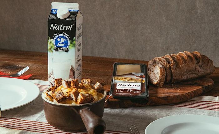 ideen für raclette raclette käse mit brot milch sahne soße teller weiß tischdecke