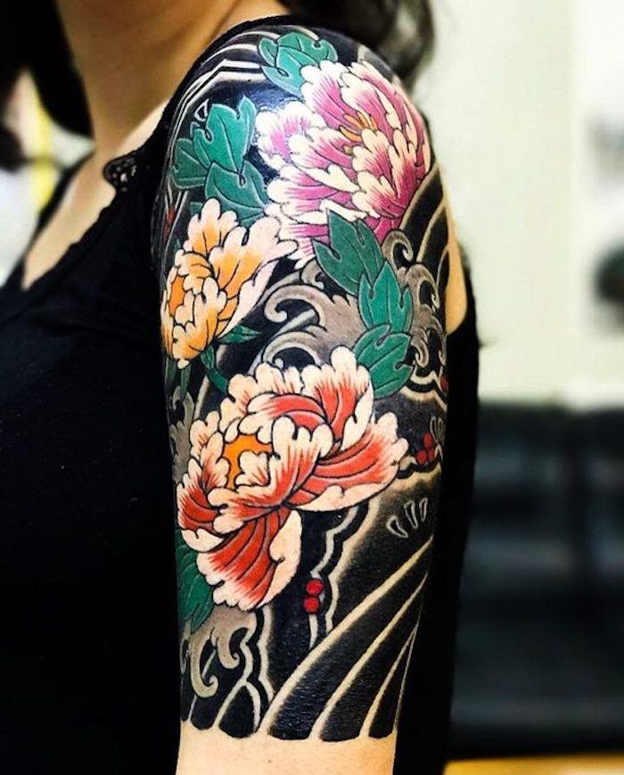 japanische tattoos für frauen, farbige tätowierung mit großen blumen