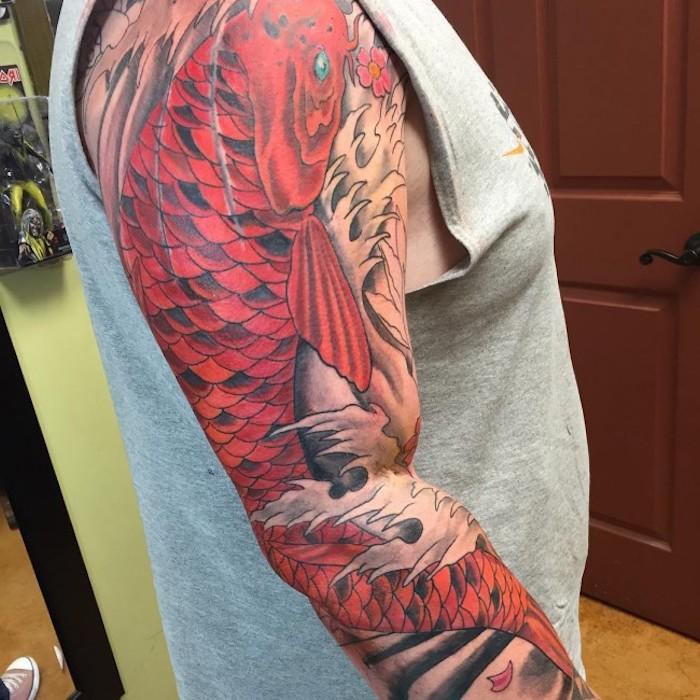 traditional tattoo mit großem orangen fisch, tätowierung mit japanischem motiv