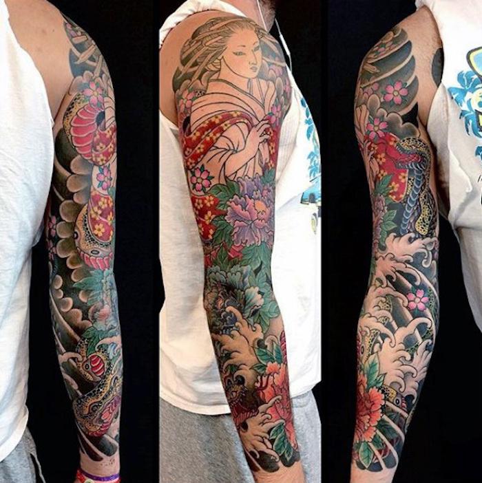 japanische tattoos, mann mit farbigem sleeve tattoo mit japanischen motiven