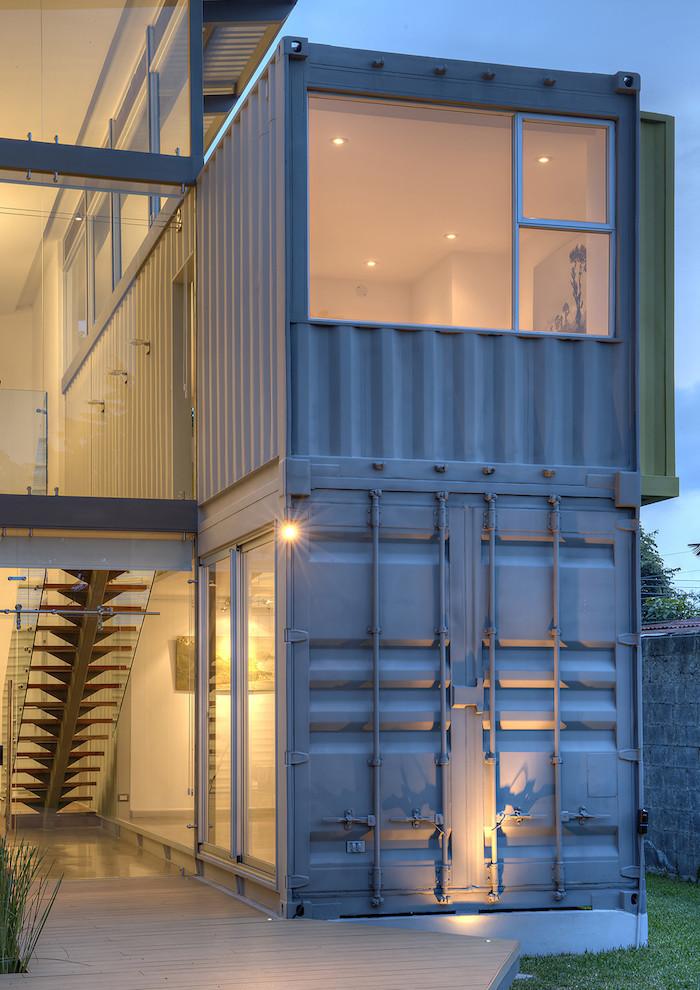 hier finden sie ein einzigartiges modernes zweistöckiges container haus aus metall und mit fenstern und treppe