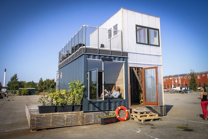 noch ein inspirierendes bild mit einem zweistöckigen haus mit einer terrasse, treppe aus europaletten und pflanzen