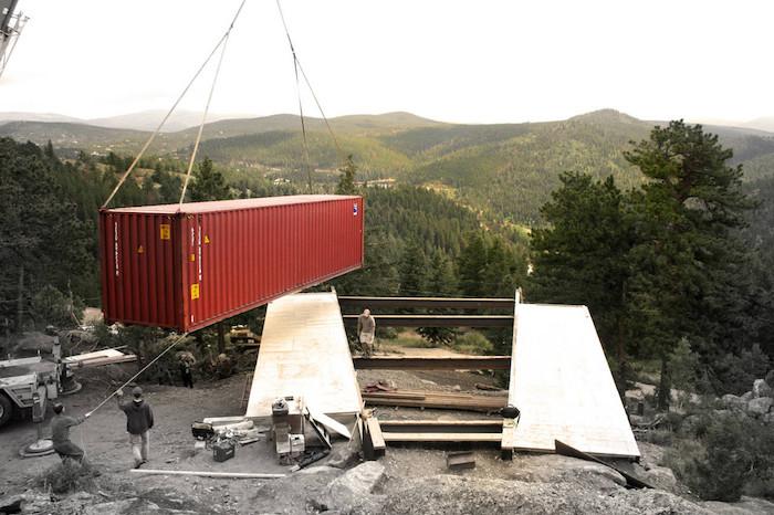 hier ist ein rotes container haus - so kann man ein haus aus alten containern bauen