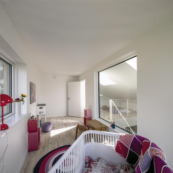 etwas zum thema container haus erfahrungen - ein zimmer mit weißen wänden, einer roten lampe, einem pinken teppich