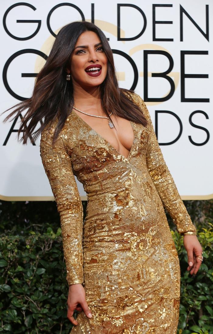 juli sternzeichen priyanka chopra goldenes kleid mit besonderen elementen idee