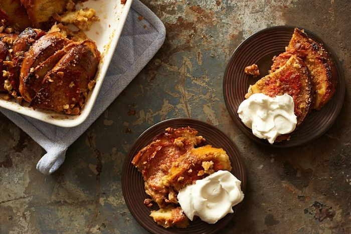 kuchen mit nüssen und sharonfrucht mit mousse aus weißer schokolade