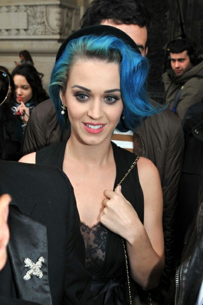 Blaue Haare und blaue Augen, Pozellanteint, rosa Lippen, schwarzer Outfit, Katy Perry
