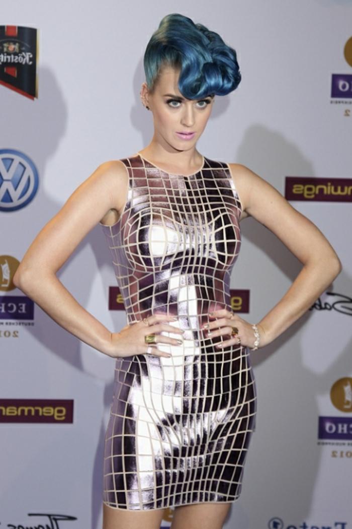 Spiegelball-Kleid, blaue Haare, rosa Lippen, Porzellanteint, cool und extravagant, Katy Perry