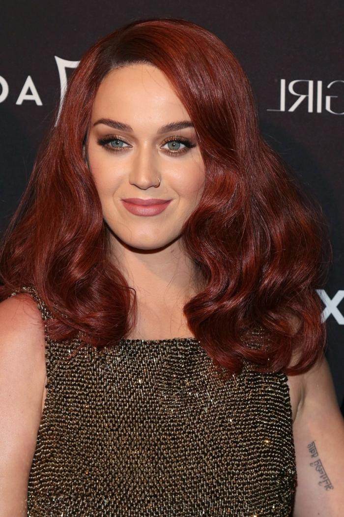 Katy Parry mit dunkelroten Haaren, rotes Haar und blaue Augen-perfekter Look, casual Schminke