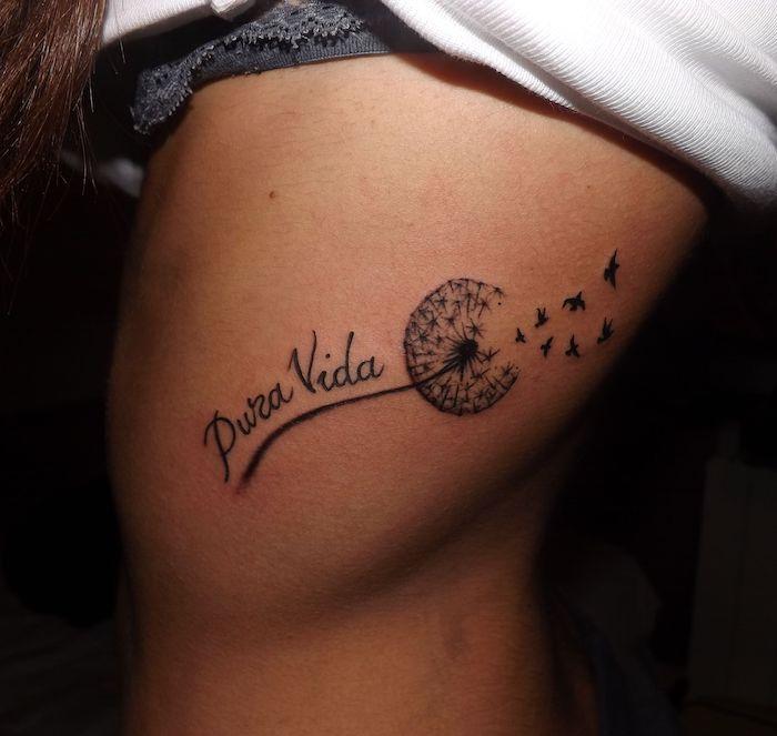 kleine tattoo motive, pusteblume in schwarz und grau an der körperseite
