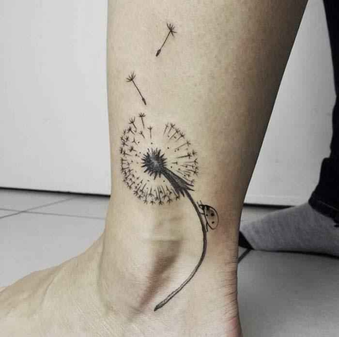 kleine tattoos frauen, abgeblührer löwenzahn mit marienkäfer