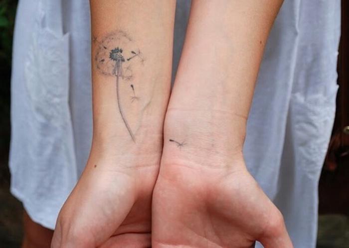 kleine tattoo motive, dame mit tätowierung am arm