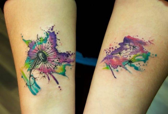 kleine tattoo motive für frauen, farbige tätowierungen mit blumen-motiv