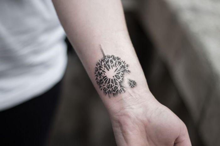 kleine tattoo motive, tätowierung mit pusteblumen-motiv am oberarm