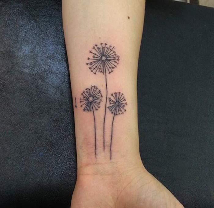 kleine tattoos frauen, pusteblumen in schwarz und grau am arm