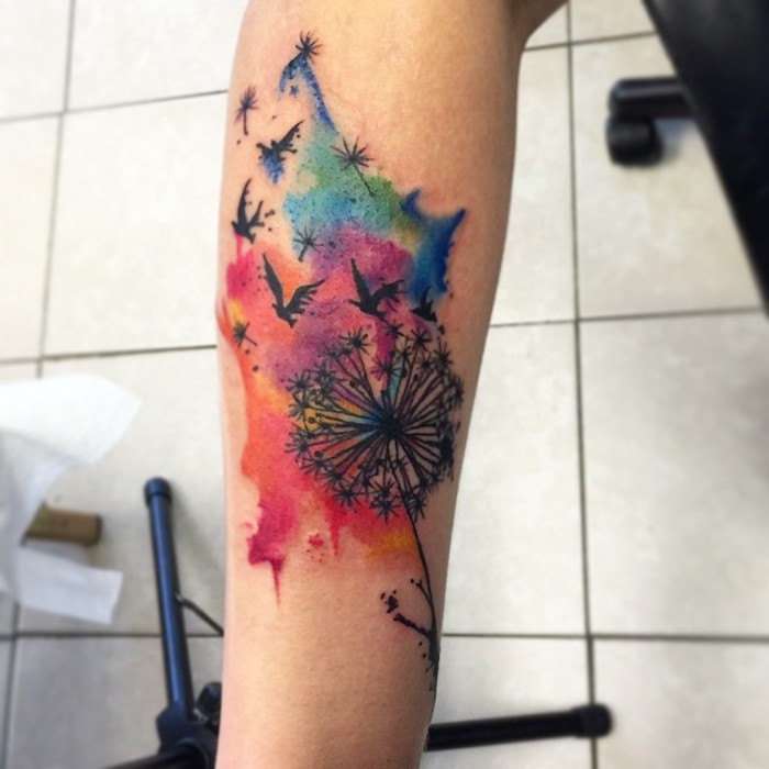 tattoos mit bedeutung, wasserfarben tattoo am arm, farbiges blumen tattoo