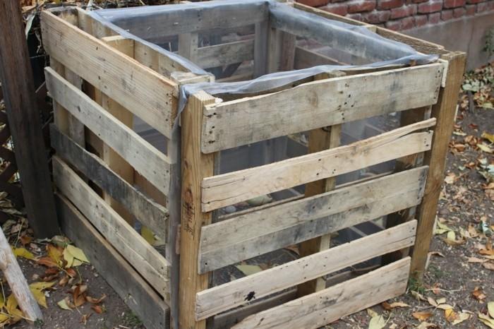 ein kleiner komposter - idee zum thema gartengestaltung - komposter, der aus den alten europaletten gebaut wurde
