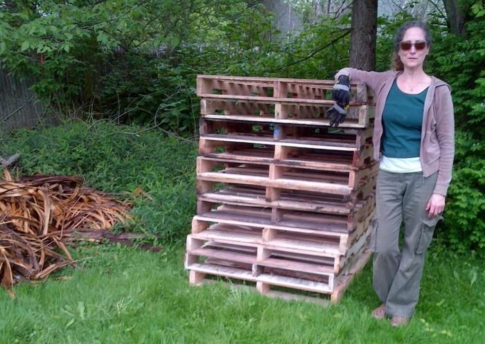 wir zeigen ihnen eine idee zum thema komposter selber bauen - hier ist ein bild mit einer frau und einigen europaletten