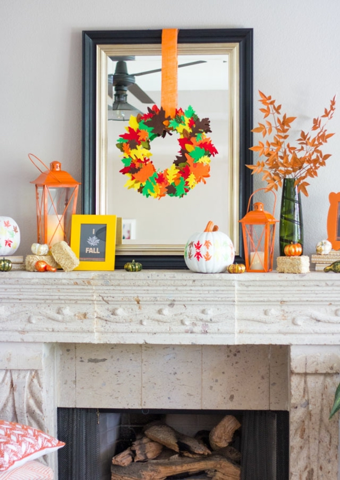 Zimmer herbstlich dekorieren, bunte Herbstblätter aus Papier ausschneiden, Kürbisse verzieren