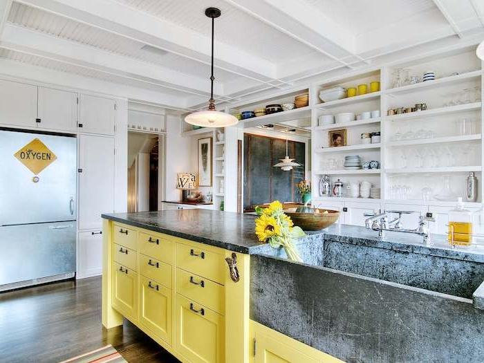 shabby chic deko in gelber farbe schöne große küche mit kücheninsel und gelbe schubladen