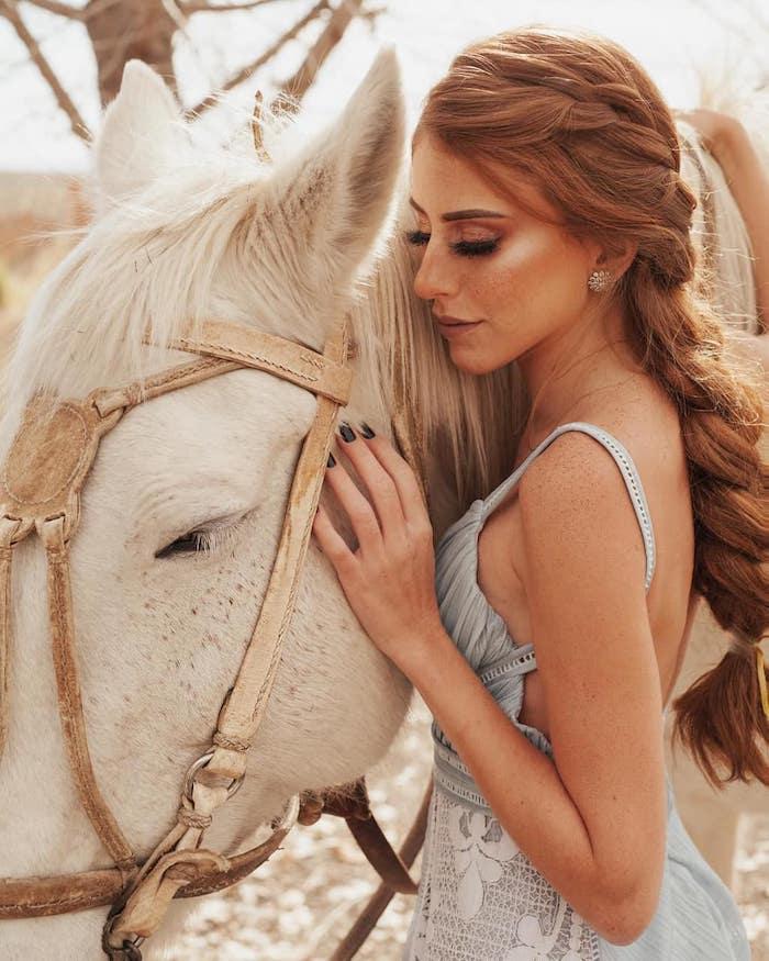 Kupfer Haarfarbe, welche Haarfarbe passt zu mir, lange geflochtene Haare, weißes Hemd