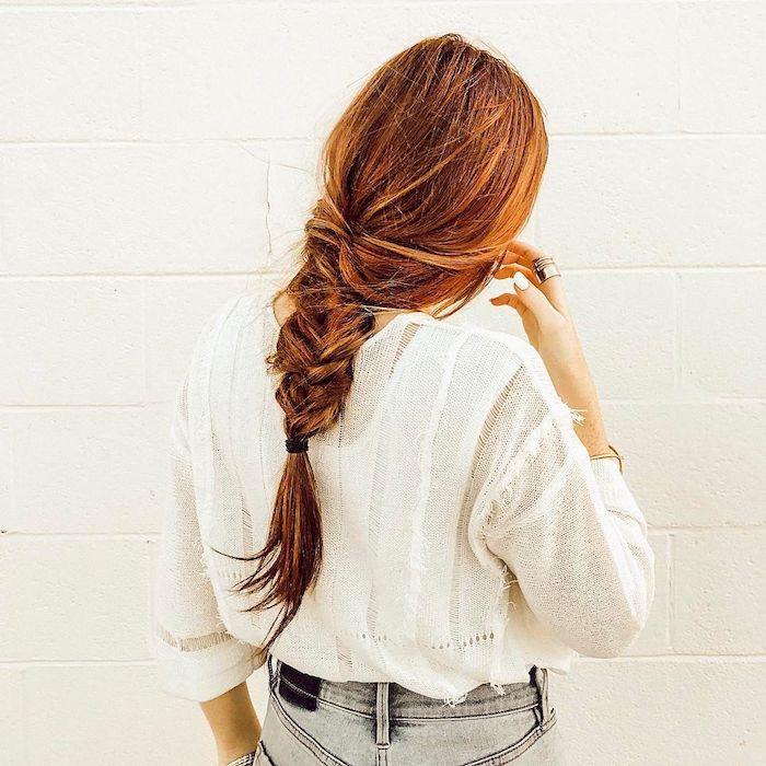 Geflochtene lange Haare, Haarfarbe Kupfer, weißes Hemd und Jeans mit hoher Taille