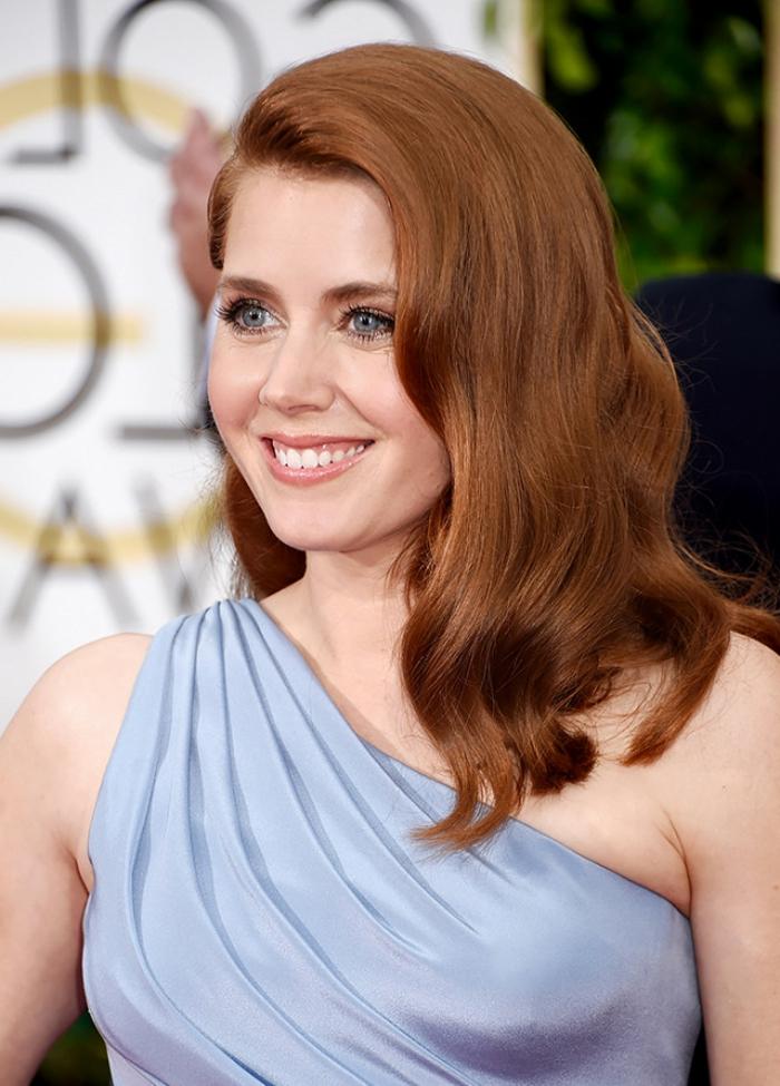 wunderschöne, kupferrote Haare, blaue Augen und rosa Lippen, schönes Löcheln, hellblaues Kleid